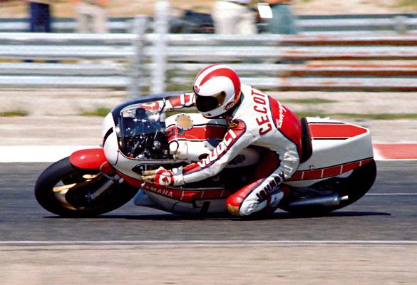 Johnny Cecotto en la pista de carreras a bordo de su YAMAHA