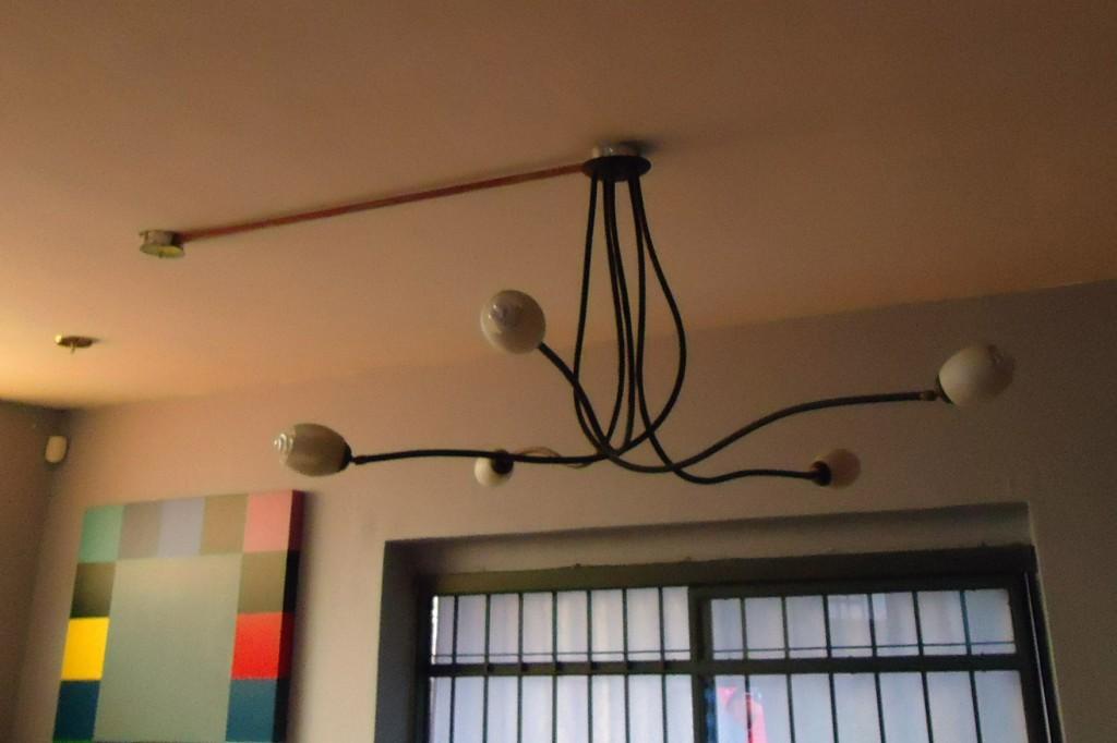 Lámpara audiófila de techo de la firma VUELTA A LA FORJA. CASAMALL, Caracas.