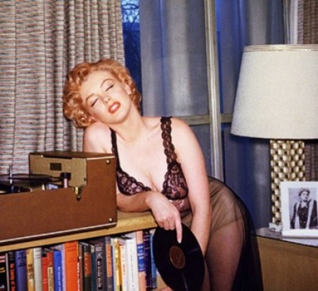 AUDIOV_VINILOS_marilyn-monroe-tired-leaning-next-to-record-player