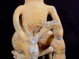 Figura antropomorfa masculina sentada