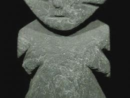 Figura lítica antropomorfa de pie